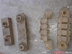 Repuestos de soporte de motor o caja autos antiguos.