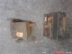 Soportes de autoo pick up antiguo caja o motor.