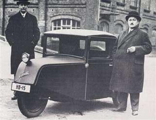 Historia del Borgward | Carl Borgward, a la derecha, posa con su compañero, Wilhelm Tecklenborg, y su vehículo de tres ruedas Pionier de 1936, fruto de una camioneta alemana. El Pionier tuvo un gran éxito y puso a Borgward en una sólida base financiera.